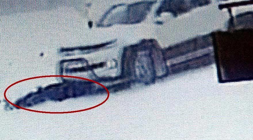 Akıl almaz kaza! Kayıp düşen kadın kamyonetin altında kaldı