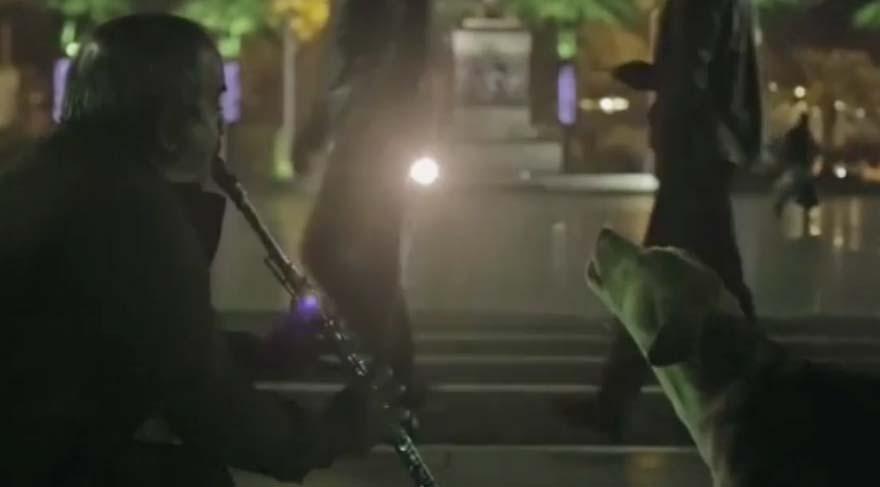 Köpeği dile getiren klarnetçi