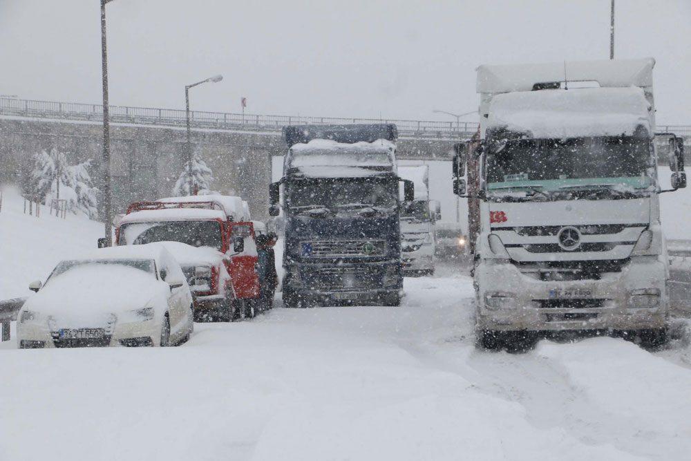 FOTO: DHA / Hadımköy yolu üzerinde kamyonlar ve küçük araçlar mahsur kaldı. Sürücüler araçlarını terk edip yürüyerek yollarına devam etti.
