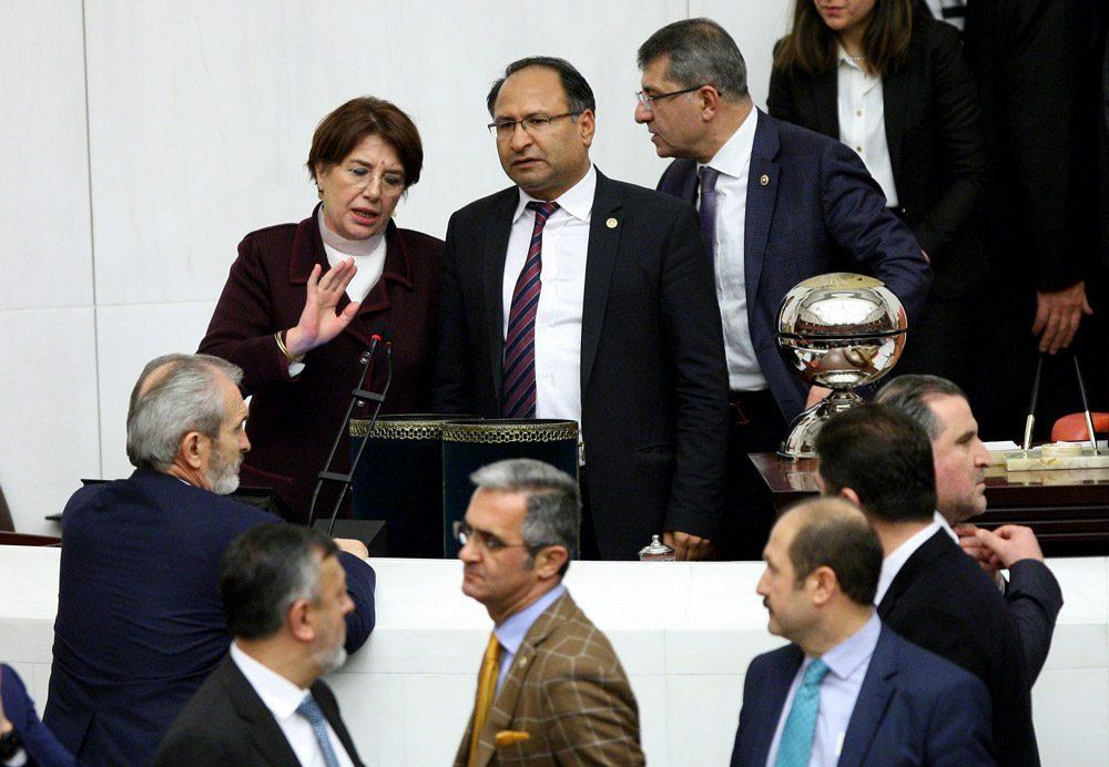FOTO:SÖZCÜ/Zekeriya Albayrak - Uçma, Meclis Başkanlık divanı üyeleri 'durum değerlendirmesi' yaparken bile, gözünü oy kutularından ayırmadı.