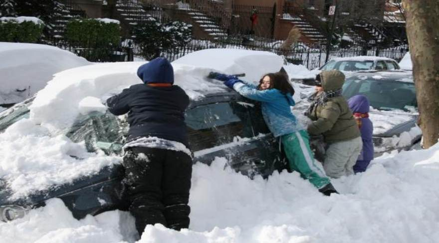 Arabasındaki karları temizlerken içeride eşi ve çocuğu hayatını kaybetti