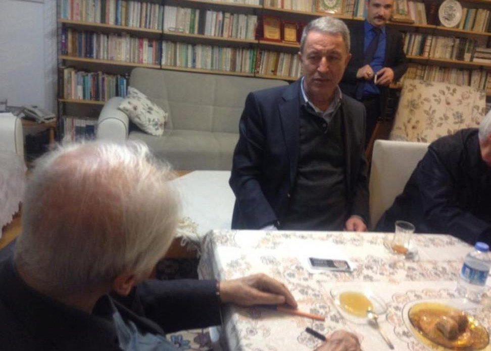 FOTO:Yenişafak: Hulusi Akar'ın, Pakdil'i büyük bir dikkatle dinlediği gözlendi.