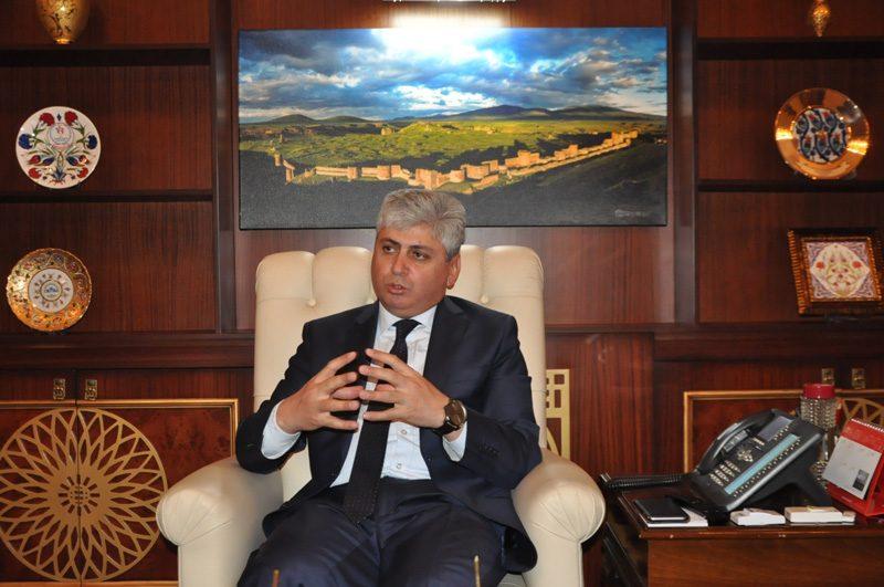 FOTO:İHA - Kars Valisi Rahmi Doğan, Ulaştırma Bakanı'nın 'İngiliz bayraklı montu' için açıklama yaptı.