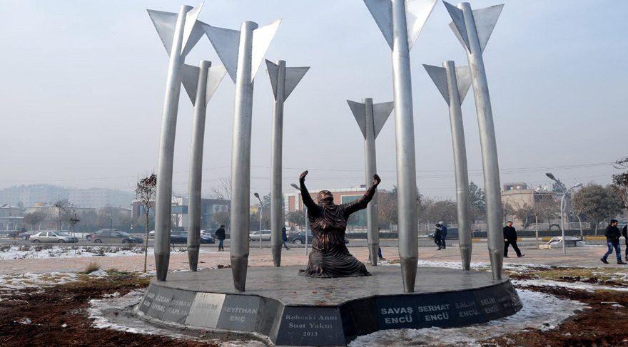 DBP'li belediyenin diktiği 'Roboski Anıtı' kayyum tarafından kaldırıldı