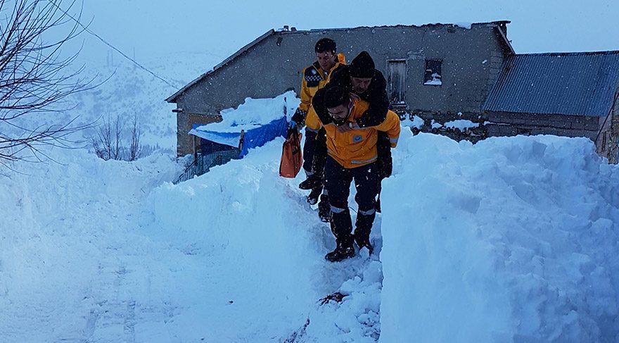 Ancak kar kalu0131nlu0131u011fu0131 ve buzlanma nedeniyle bau015faralu0131 olamayan gu00f6revlilerden Samet Kuz 66 yau015fu0131ndaki...