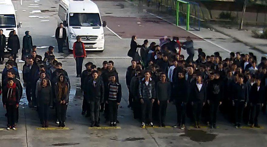 Son dakika haberi Lisede bayrak töreninde öğrenciler öğretmene saldırdı