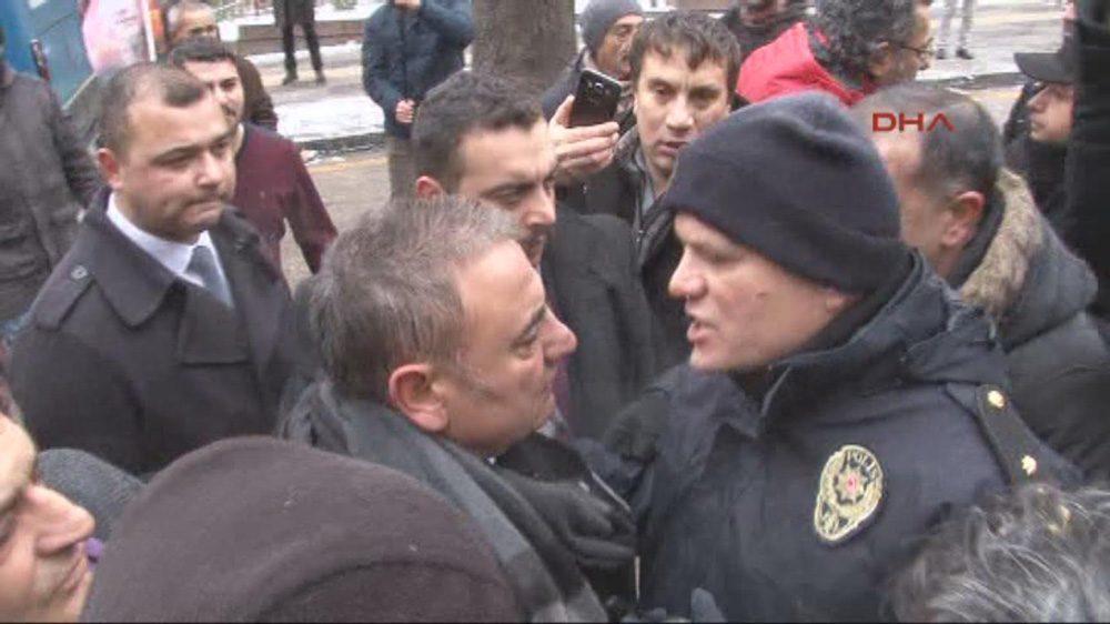 FOTO:DHA - CHP'li vekiller polisin önüne etten duvar ördü ama müdahale önlenemedi.