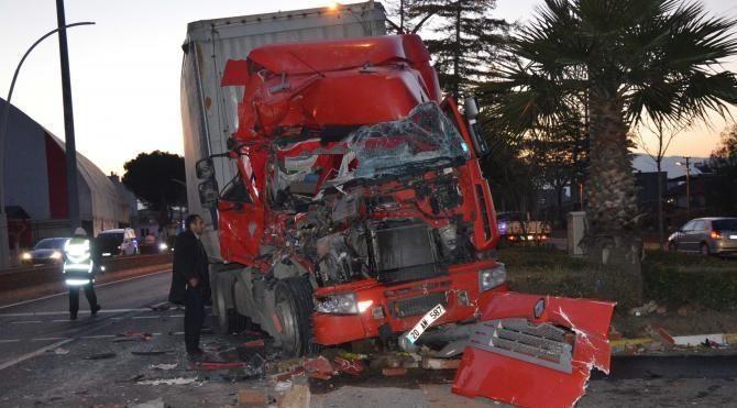 Kamyona çarpan TIR'ın sürücüsü yaralandı