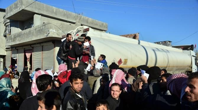 Suriyelilerin yardım izdihamı