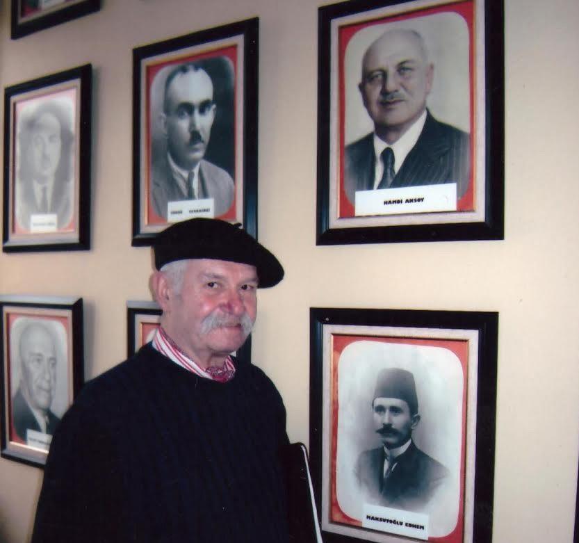 Osmanzade Ailesi'nden merhum gazeteci Tufan Aksoy, İzmir Milli Kütüphane'de ailenin en büyüğü Kurtuluş Savaşında İzmir Milletvekili olan Hamdi Aksoy'un fotoğrafı önünde. (Fotoğraf: Yaşar Aksoy – 2005)