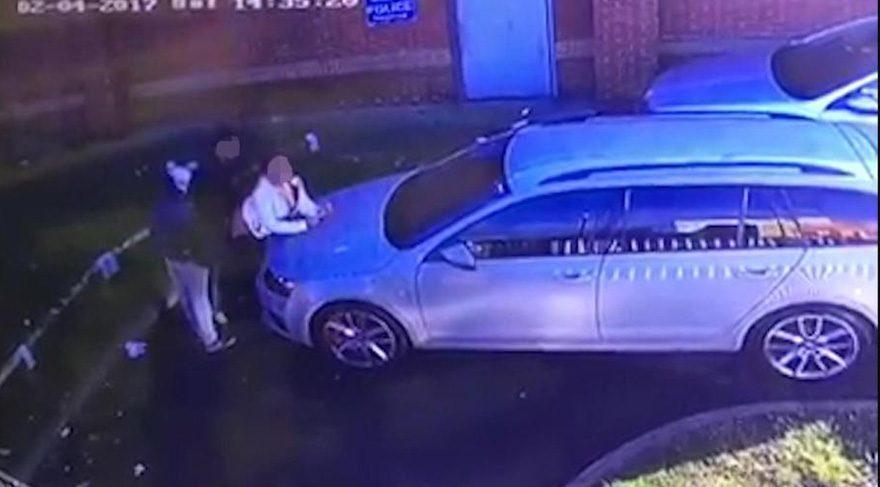 Etraftan geçenlere aldırmadan... Arabanın kaputunda seks yaptılar!