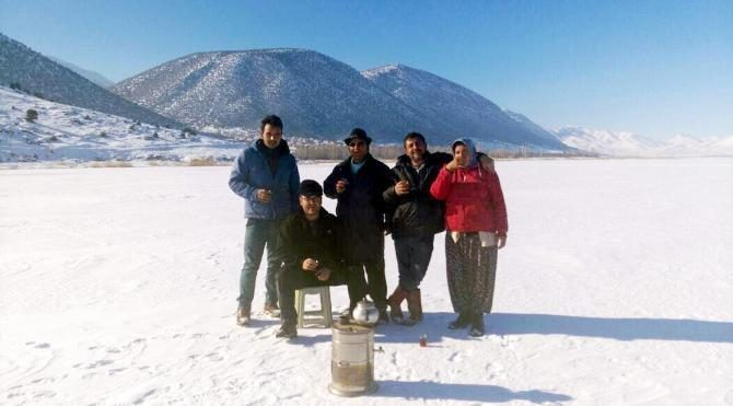 Buz tutan göl yüzeyinde çay demlediler