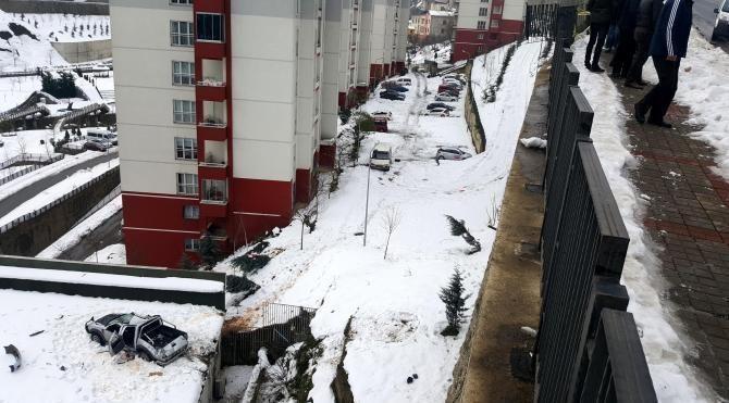 Kamyonet kültür merkezi terasına düştü, sürücü öldü