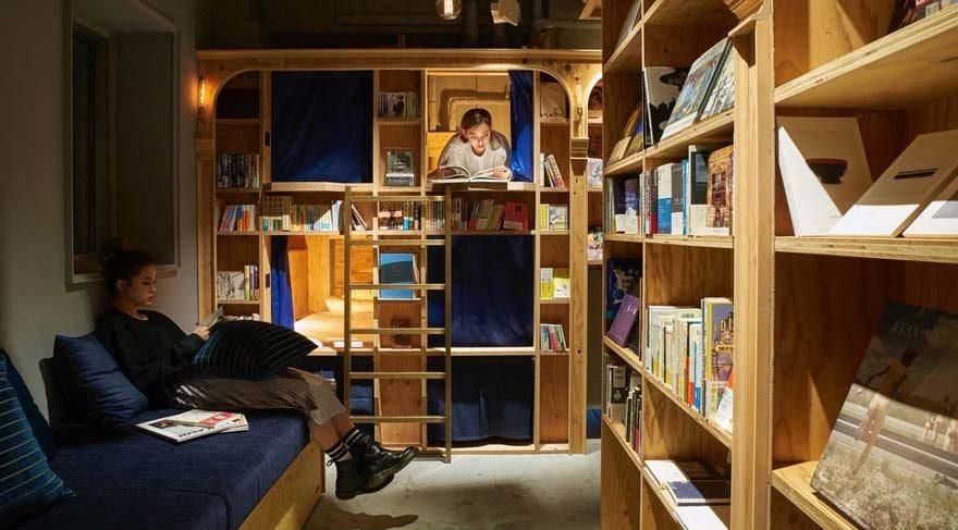 Kitap tutkunları için, kütüphane raflarına yatak yapıldı