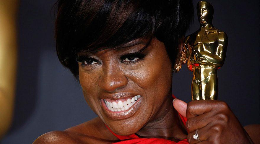 Viola Davis En İyi Yardımcı Kadın Oyuncu Oscarı'yla poz veriyor.