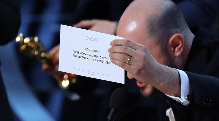 Aşıklar Şehri filminin yapımcısı ve oyuncusu Jordan Horowitz, en iyi film ödülünün yazıldığı kağıdı gösteriyor.