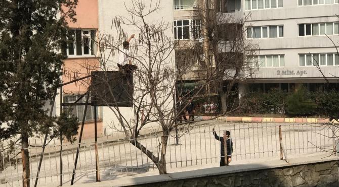 Lise öğrencisinden okul bahçesinde 'tehlikeli' hareketler