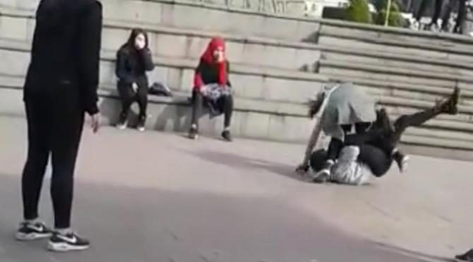Liseli iki kızın erkek kavgası