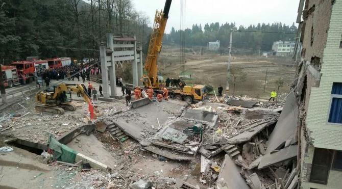 Çin'de çöken beş katlı üç bina enkazının altında en az dokuz kişi var