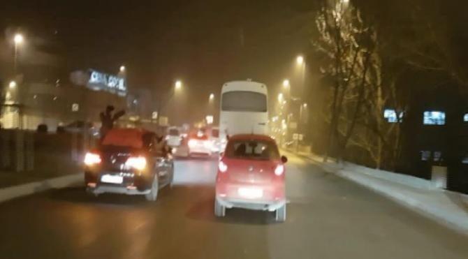 Asker konvoyunda drift yapan araç trafiği tehlikeye soktu