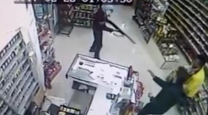 Maskeli market soyguncuları güvenlik kamerasında