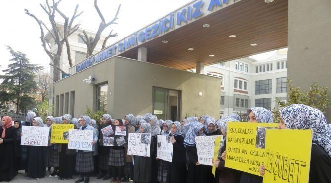 Kadıköy'de İmam Hatip Lisesi önünde 28 Şubat protestosu