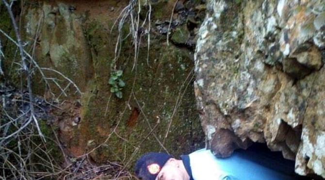 İtfaiye, kayalıklara sıkışan köpeği kurtardı
