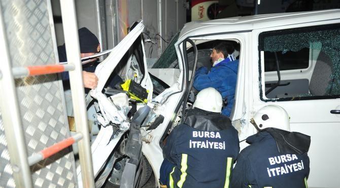 Alkollü sürücü, TIR'a çarptığı kamyonetinden güçlükle çıkarıldı