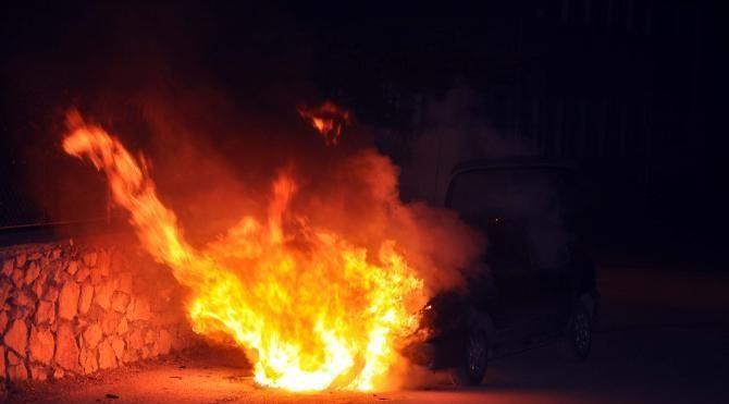 Tokat'ta seyir halindeyken alev alan otomobil yandı