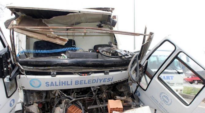 Çöp kamyonu ile tuğla kamyonu çarpıştı: 1 ölü, 2 yaralı