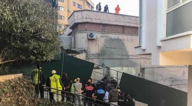 Nişantaşı'nda iş makinası beton blokun altında kaldı: 1 yaralı