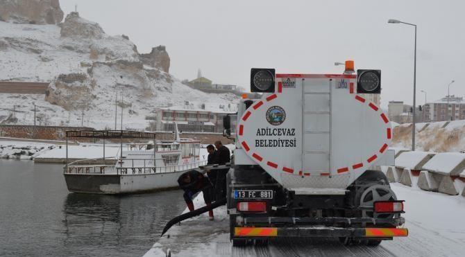 Adilcevaz'da buzlu yollara Van Gölü suyu önlemi