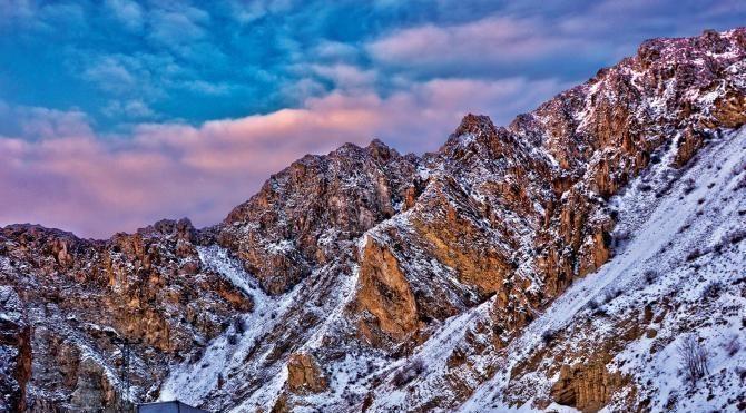 Erzurum'da kar ve tipi ulaşımı durdurdu