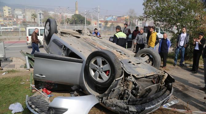 Otomobil kaldırımda yürüyen yayalara çarptı: 3 yaralı