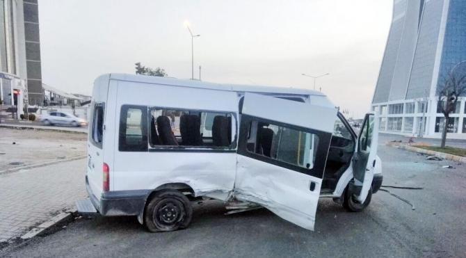 Şanlıurfa'da, minibüs ile otomobil çarpıştı: 1 ölü, 3 yaralı