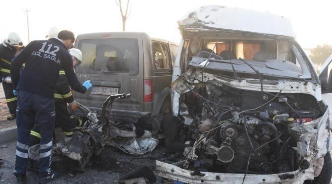 Minibüs hafif ticari araca çarptı: 1 ölü, 1 yaralı