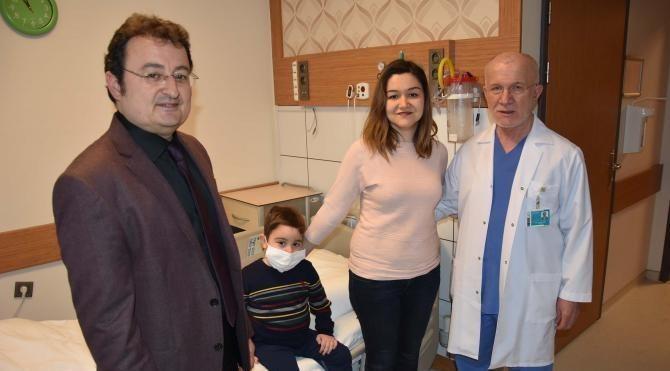 Annesinden karaciğer babasından da böbrek alıp hayata bağlandı