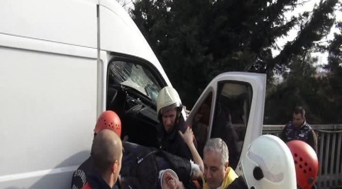 Sıkışan sürücü 1 saatte kurtarıldı