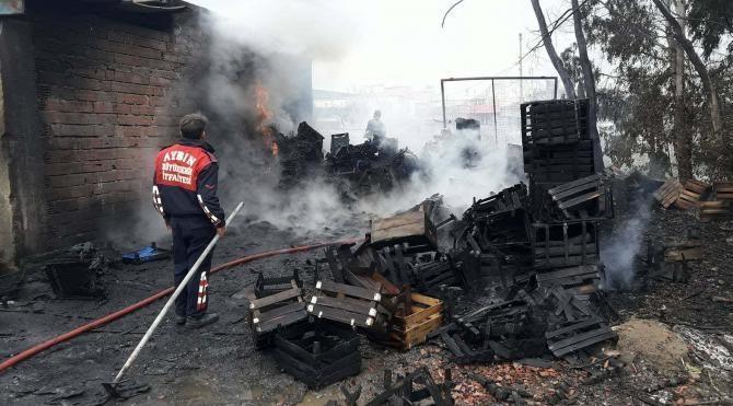 Söke'de sebze halindeki kasalar yandı