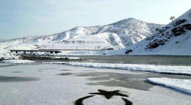 11 yaşındaki Dilara, buz tutan Murat Nehri'ne ay yıldız çizdi