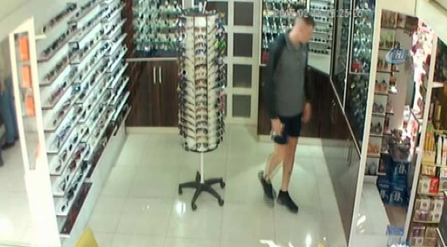 BM askerleri saat çaldı! Hırsızlık anı kameralara yansıdı