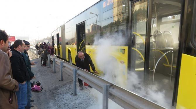 İETT otobüsünün lastiğinden duman yükseldi, yolcular korku dolu anlar yaşadı