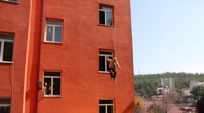Yangın tatbikatında öğretmenler ikinci kattan atladı
