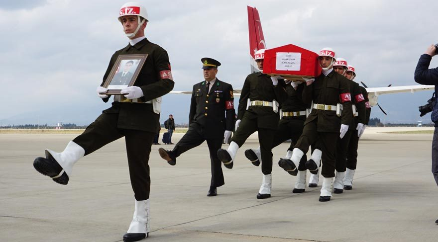 Annesi koşarak, şehidin cenazesine sarıldı