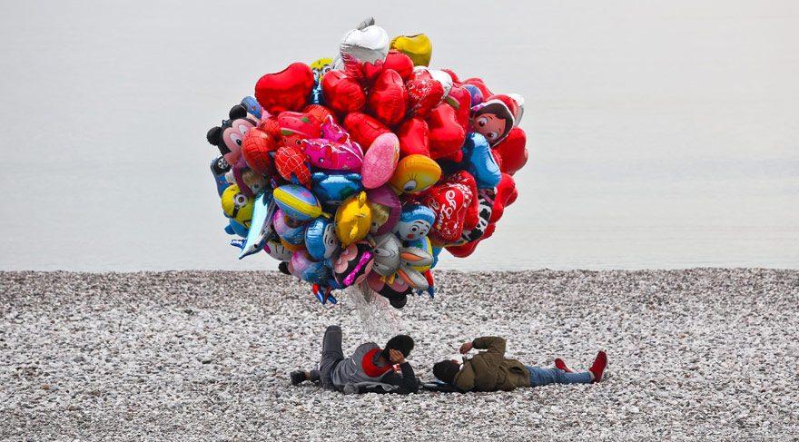 Uçan balon altında 'şekerleme yaptı'