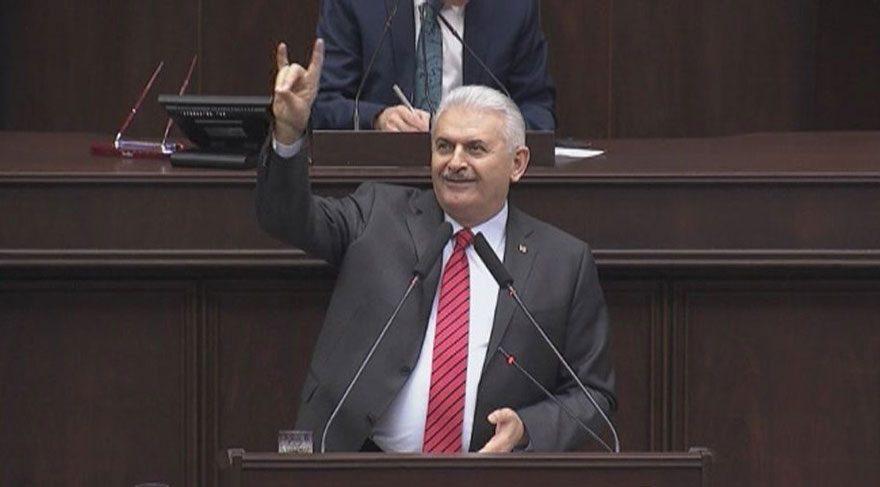 Başbakan Yıldırım'dan, grup toplantısında bozkurt işareti