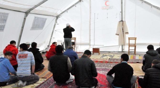 Depremzedeler cuma namazını çadırda kıldı
