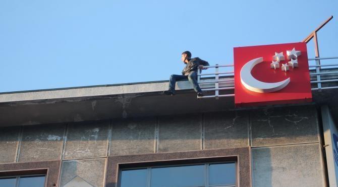 İş hanı çatısında intihar girişimi