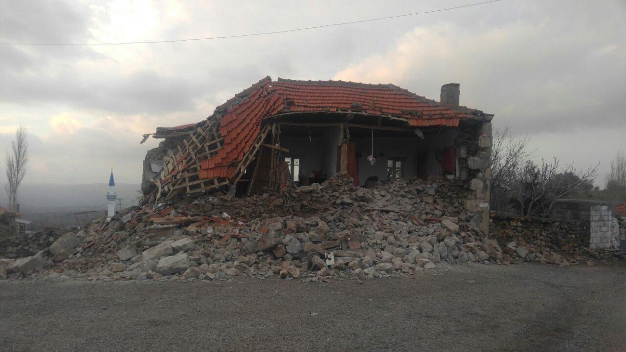FOTO: İHA - Sabahki sarsıntıda Bayırköy'deki birçok ev hasar görmüş ahırdaki hayvanlar telef olmuştu