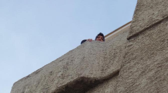 10 katlı binanın çatısına çıkıp intihara kalkıştı